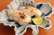 食通の常連に人気の一品。鯛の白子を串にさし、シンプルに焼きあげます。滑らかで濃厚な味わいが特徴です。