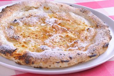 ピッツァだけどスイーツ!めずらしい『蜂蜜とシナモンのピッツァ』