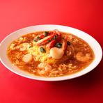 コクと旨みが溢れるあんかけをたっぷりと絡めて味わう『天津飯』