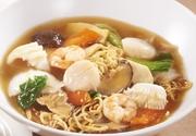 香ばしく焼いた蒸し麺に、海鮮と野菜たっぷりの醤油あんをかけました。