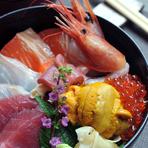 魚屋に隣接するレストラン、1年通しておいしい魚が味わえます