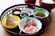 ネタ各種とごはんセットの組み合わせで、オリジナル海鮮丼を造れるセットです。 お好みの海の幸を充分にお楽しみください