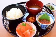 ごはん(白飯か酢飯)、味噌汁、小鉢、香の物、水菓子
