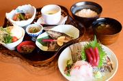 毎朝、中央市場で仕入れる旬の魚介類を7種類、酢飯の上に盛り付けます。豪華さとボリュームに大満足です。