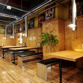 木目調で、広いスペースのテーブル席