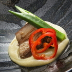 和風の出汁で時間をかけてしっかり煮込んだバラ肉に、きれいな翡翠色の茄子のソースがよく合っています。