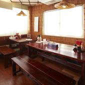 沖縄の雰囲気を味わえる店内。美味しいそばで気力体力も充実!
