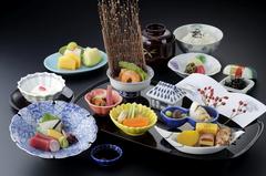 旬の食材をふんだんに使用し、季節で変わる彩りを詰め込んだ人気の箱膳