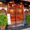 華やかな六本木の街に佇む、禅寺風門構えの日本料理店