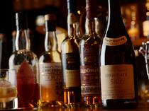 ウイスキーやワインの種類が豊富なので味比べも楽しめる!