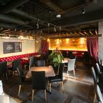 赤いドレープカーテンや、黒い椅子が演出する上質で美しい空間で、こだわりのメニューとワインが楽しめる【ワインラウンジ Cuvee ITOU】。大切な仲間とのお祝い事やパーティーで楽しいひと時を過ごせます。