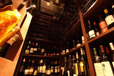 ◆店内にある広いワインセラーには、世界各国のワインが1300種! ワインとの出逢いをお楽しみください◆