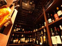 店内にある広いワインセラーには、世界各国のワインが1300種
