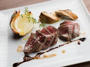 生食も可能な新鮮な肉をレアステーキで『十勝和牛のタリアータ』