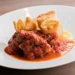 独自の製法で仕込んだ牛肉とイタリア産トマト、完熟トマトを贅沢に使用。フランス産ブルゴーニュのワインをふんだんに使ったソースで72時間じっくり煮こみ、丁寧に仕上げています。その柔らかさに驚かれる逸品です。