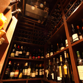 世界各国から厳選した約1300種の銘柄が揃うワインセラー