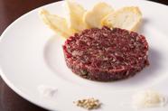 噛むほどに旨味が広がる『200日熟成牛のタルタルステーキ』