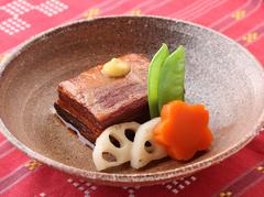 本来の沖縄料理と組合わせたお鍋メインの欲張りでお得なコースです。