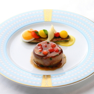 河野シェフは宮崎県出身。宮崎の食の伝道師である「みやざき大使」をつとめています。そのため、食材は島豚やオオニベといった宮崎県産のものをはじめとし、四季折々の新鮮な食材を使用しています。