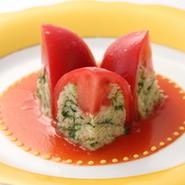 夏に爽やかな逸品は、【モナリザ恵比寿店】開店当初からのスペシャリテ。この料理に合う器のことを考えたことが、現在のオリジナル食器をつくるきっかけともなっているそうです。