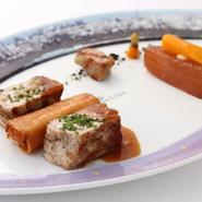 グリルした上品な味わいの島豚に、レモンとミョウガのソースを添えました。京都黒七味がアクセント