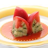 夏に爽やかな一品をと生まれた河野シェフの代表作。トマトにカニやアボカドのサラダを詰めた逸品です