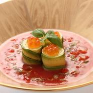 ガスパチョスープ仕立てのトマトソースを添え、パプリカのムースとアボカドとのハーモニーが見事な一品です