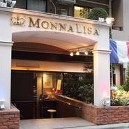 お店の門は青・白・赤のフランス国旗をモチーフに、3色に浮かび上がるようになっています。