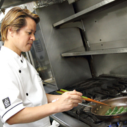 フランス料理の基本はおさえつつ、時流にのった料理を追求することや、味わうお客様の目線に合わせた料理を提供することが大切だと考えています。提供する国や店、お客様に合わせた美味しさを提供しています。