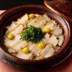 上質な空間と心を込めたおもてなしのなかでいただく、四季折々の会席料理。名店で和の修業を積んだ亀山さんの料理は、食通が集う席でも安心して接待をすることができます。