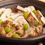 四季折々の食材を駆使してつくる料理の数々。素材の旨みを引き出すため、最少限の調味料を加え、すっきりと仕上げていきます。秋はぎんなんのほろ苦さと松茸の芳香に秋を感じる松茸づくしのコースが人気です。