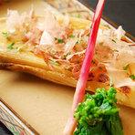 鰹出汁と薄口しょうゆに日本酒を加えて炊き上げた、季節の土鍋御飯。鰹と松茸の風味が楽しめます