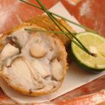 蒸したエビイモと松茸を合わせてコロッケにしました。酢橘と塩でシンプルに味わうのがポイントです