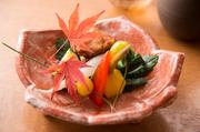 【おまかせ懐石】 旬の選び抜いた食材で仕立てたお昼の贅沢なコースとなっております。お料理は、旬の素材を厳選し、味わいを引き出す調理法にて、季節を感じていただけるお料理をご提供しております。