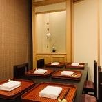 6名様までご利用いただける個室席は2つ。仕切りを外し、お部屋をつなげることもできます。