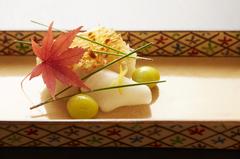 厳選された旬の食材を味わえる贅沢なコースとなっております。 その日の吟味した食材にて御用意致します。