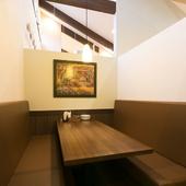 小規模グループ向けの半個室は、6名用(写真)×4、4名用×2
