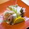 刺身の他、焼・煮・揚など魚介類をさまざまに調理します