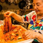 オモニが仕込むキムチは店の名物の一品です。白菜、ニラ、アミエビの塩辛、ニンジン、リンゴ、大根、ニンニク、ショウガ、唐辛子、昆布などでつくる自家製。浅漬け、酸味の利いた古漬けもまた美味。