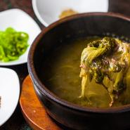 夏季限定のスタミナメニューといえば、韓国版どじょう汁。本場・韓国では骨を抜いたどじょうと菜っ葉でつくるのが定番ですが、【韓灯】ではさらに牛ミンチを加えて仕上げます。薬味は、えごま、山椒、青唐辛子。