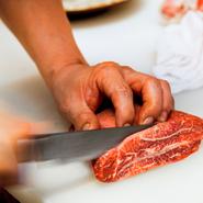息子・金英徳さんの厳しい目利きにより、産地にこだわらず、その都度状態のいい国産黒毛和牛を仕入れるのが【韓灯】流。肉の保存、切り方、焼き方など、すべてにこだわることで、最高の状態で焼肉を提供しています。