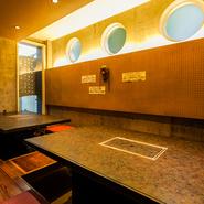 コンクリート打ちっぱなしの壁や丸窓などデザイナーズマンションの1Fを利用。清潔感あふれる店内。