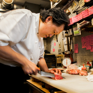「せっかくなので母のつくる韓国料理と、焼肉を合わせて楽しんで欲しいです」と金英徳さん。肉を味わいながらつまむ、オモニのキムチやナムルが【韓灯】ならではの楽しみのひとつです。