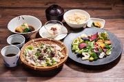 桜山豚ロースの薄切りカツ、季節のサラダ、旬野菜の三種盛り、二八玄米、お漬物、麦味噌汁、デザート  食後のお飲み物付き 1706円