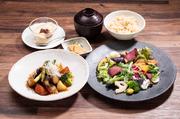 いろいろ野菜のジンジャーソース、季節のサラダ、旬野菜の三種盛り、二八玄米、お漬物、麦味噌汁、デザート  食後のお飲み物付き 1814円