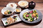 二八玄米わっぱめし、季節のサラダ、お漬物、麦味噌汁、デザート  食後のお飲み物付き 1598円