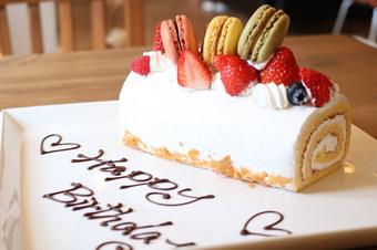 可愛いマカロンの乗ったホールケーキ付き。 誕生日・記念日コースコースです。