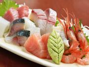 新鮮なお刺身が常時8種類以上も盛られた贅沢な一皿です。食べごたえがある分厚めのカットや、締め方、寝かせるなど魚ごとに手法も変化。魚を知り尽くした店主だから魅せることのできる『盛り合わせ』は必食です。