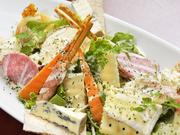 種類豊富なチーズと生ハムのサラダはワインにぴったり。