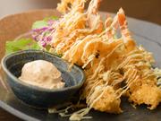 サクサクの衣を纏った「エビの天ぷら」に洋食スタイルの自家製マヨネーズソース。元々の相性の良さに加え、和・洋の二つの料理スタイルが見事に融合しています。弾けるような海老の身が口の中でほどける魅惑の味。